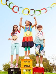 Fun-O-lympics: gather some good sports for competitions, kudos, and cupcakes. To make this ring garland, trim and paint the rims of paper plates. Cut open every other loop to make a chain, taping the cuts closed with tape. Add string for hanging. Kids Olympics, Summer Olympics, Special Olympics, Summer Olympic Events, Olympic Idea, Olympic Games For Kids, Summer Fun, Summer Games, Summer Heat