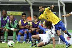 GRA366. BRASILIA (BRASIL), 15/06/2013.- El lateral brasileño Dani Alves (d) pelea un balón con Kiyotake, de Japón, durante el partido inaugural de la Copa Confederaciones 2013 que están disputando hoy