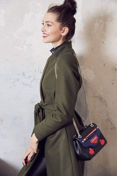 @aboutyoude Idol und Model Fata Hasanovic in ihrem GREEN COAT OUTFIT mit Statementtasche.