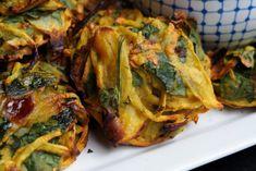 Meatless Monday – Onion and Spinach Pakoras with Mint Raita Tapas Recipes, Veg Recipes, Curry Recipes, Indian Food Recipes, Vegetarian Recipes, Cooking Recipes, Vegetarian Dinners, Recipies, Baked Pakora Recipe