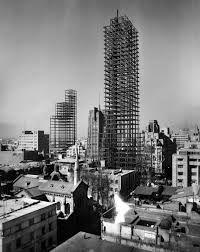 En esta fotografía de Juan Guzmán se observa como están construendo la Torre Latinoamericana en la Ciudad del México Antiguo