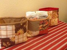 Cesto em tecido técnica patchwork ótimo para guardar coisas no banheiro, maquiagem, revistas, etc <br>30x 28 cm
