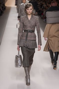 The complete Fendi Fall 2018 Ready-to-Wear fashion show now on Vogue Runway. Autumn Fashion 2018, Fall Fashion Trends, Fashion Week, Look Fashion, Latest Fashion Trends, Runway Fashion, Womens Fashion, Fashion Design, Cheap Fashion