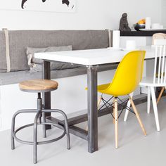 Tafel met vaste bank en diverse stoelen
