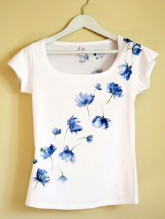 Blue Hand Painted MYgarden Flowers T-shirt por Christeesandtops
