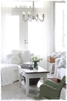 vanha lasten kiikkutuoli, romanttinen koti, romanttinen sisustus, maalaisromanttinen, itse tehty olohuonene pöytä
