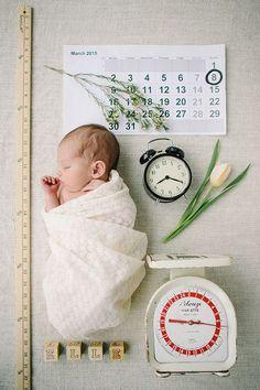 Newborn Photography - Baby Fotografie Session. Süße Idee, um einen Säugling für die Geburtsanzeige zu fotografieren.