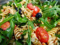 Nudelsalat mit Rucola und mediterraner Marinade