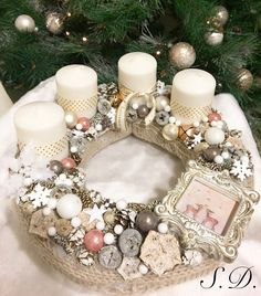 Adventi koszorú ❄️☃️ Christmas Advent Wreath, Christmas Calendar, Gold Christmas, Holiday Wreaths, All Things Christmas, Winter Christmas, Christmas Crafts, Holiday Decor, Advent Wreaths