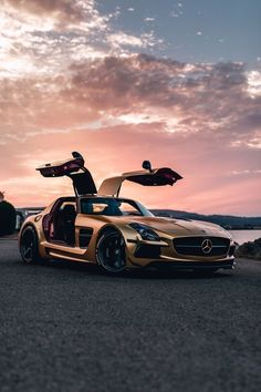 Mercedes Benz SLS AMG Black Series // Engine: 6208 cc / Power: 650 hp Torque: 635 N.m Valves: 32 Gearbox: Automatic . sec Top Speed: 320 km Weight: 1735 kg The combination: Lit/ km Differential: Differential Rear Buck Gasoline: 85 Lit Aboard: 2 people New Sports Cars, Exotic Sports Cars, Super Sport Cars, Exotic Cars, Carros Lamborghini, Carros Audi, Lamborghini Gallardo, Mercedes Auto, Mercedes 2018
