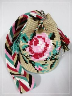 น้องกุหลาบน้อย ^^ Mochila Crochet, Crochet Bags, Handmade Handbags, Tapestry Crochet, Floral Embroidery, Crochet Projects, Purses And Bags, Crochet Patterns, Design Inspiration