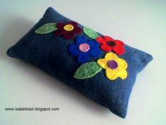 Izabel Biali: Peso de Porta com aplicação de Flores em Feltro                                                                                                                                                                                 Mais Felt Flower Pillow, Fun Crafts, Diy And Crafts, Designer Pillow, Felt Flowers, Pin Cushions, Handicraft, Fabric Crafts, Decorative Pillows