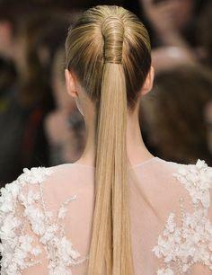 Elie Saab. El peinado, una original coleta con postizo y enrollada con el propio pelo de las modelos en su parte superior.