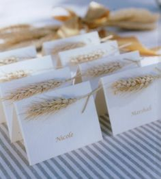 meseros con el nombre de los invitados en estilo rústico, utilizando espigas