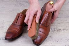 Schuhe auf Hochglanz polieren