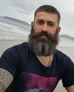 What is beard oil and beard balm and what do they do? Learn the differences between them as well as other beard products like beard lotion and beard spray. Beard And Mustache Styles, Beard Styles For Men, Beard No Mustache, Great Beards, Awesome Beards, Beard Shampoo And Conditioner, Different Beard Styles, Beard Growth Oil, Short Hairstyles