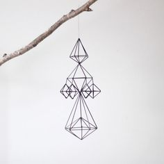 Mobiles are no longer just for nurseries, and I couldn't be more pleased. These himmeli straw mobiles from AM. Straw Sculpture, Mobiles, Diy Bebe, Hanging Mobile, Wire Art, Geometric Shapes, Art Deco, Crafty, Creative