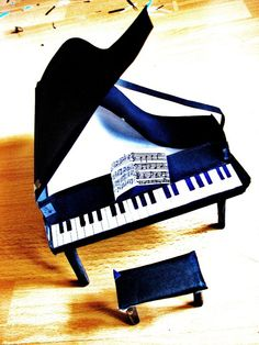 *repin* Lovely pic. I want to take piano lessons again and learn how to sight-read music. I just love piano music!