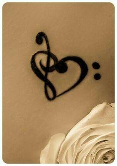 Dövmede sol anahtarı,fa anahtarı ve kalp buluşması