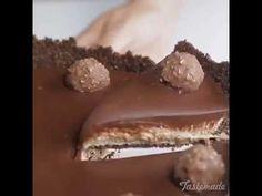 Či už milujete sladké alebo ho nejak extra neobľubujete, tejto famóznej torte zaručene neodoláte. Tento cheesecake je jeden z najlepších, aké ste kedy jedli, navyše úplne pripomína chuť známych čokoládových bonbónov Ferrero Rochcer. Výhodou je, že táto torta je nepečená a pripravenú ju máte skutočne rýchlo. Lahodná a jemná, úplne sa rozplýva na jazyku. Chuť