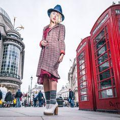 ロンドンからやってきたAlice's Pig(アリスズピッグ)は、不思議の国のアリスの世界にインスパイアされたモード&レトロなヴィンテージ風デザインが特徴のレディースブランド。タグに「Designed in Wandaerland(ワンダーランドで企画)」と書いてあります。それだけでも、なんだかテンション上がりますよね。バーガンディーカラーとピスタチオグリーンのチェック柄チェスター風オーバーコート。クラシックなラインは、女性のみならず、男性にも人気。バーガンディーとは、フランスのブルゴーニュ地方の英語名で、ブルゴーニュ産赤ワインのようなカラーのこと。ワインレッドよりも、暗く茶色味が強い渋めのカラー。ウール混の暖かい素材でありながら、軽い着心地。カジュアル派には難なく着こなせる一着。あえてエレガンスなドレスを合わせれば、ブリットガール風。※商品は、コートのみです。その他は、商品に含まれません。【ブランド名】Alice's Pig(アリスズピッグ)【デザイン名】Charlie's Check(シャーリーズ チェック)【素材】 表地:50% ウール 50% ポリ... Hipster, Image, Style, Fashion, Swag, Moda, Hipsters, Fashion Styles, Hipster Outfits