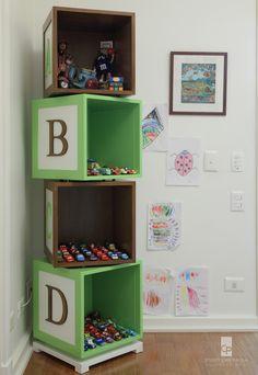 STUDIO CRIS PAOLA: estante de brinquedos em cubos intercalando o verde com a madeira em um quarto de criança, ótima forma de organização. Projeto da arquiteta Cris Paola #studiocrispaola #brinquedos #desenhosnaparede