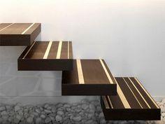Design diferenciado para degraus de escada em madeira.