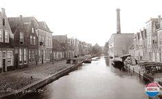 Leiden: De Oranjegracht gezien vanaf de Zuidsingel, rechts de katoenfabriek omstreeks 1890