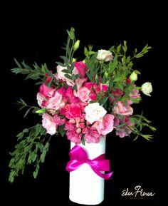 Un hermoso detalle es este arreglo toda ocasión de flores en diferentes tonalidades de  rosa. Rosas, minirosas, lisianthus y eucalipto semillado son algunos de sus elementos que lo hacen elegante y sofisticado, todo esto en un hermoso florero blanco de vidrio