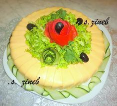 Une idée simple de salade composée à réaliser en forme de gâteau de riz pour changer. Comme toutes les salades de riz, elle est liée avec une mayonnaise.