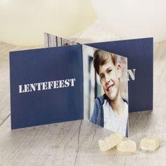 Kies deze leuke kaart en personaliseer de uitnodiging met vier toffe foto's van je oogappel!Deze kaart wordt los geleverd en dien je zelf samen te stellen.Staande kaart