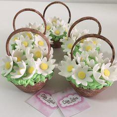 Cupcake em forma de cesta, cheia de margaridas. #jardimcleosilva Lego Cupcakes, Fancy Cupcakes, Mothers Day Cupcakes, Fondant Cupcake Toppers, Fairy Cakes, Mini Cakes, Baby Shower Cakes, Custom Cakes, Cupcake Recipes
