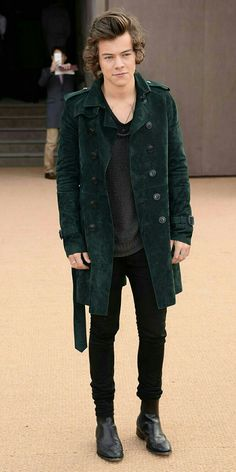 One of the most famous and popular members of the boy band One Direction, and arguably one of the most famous and immediately recognizable men in the world, Harry Styles has a distinctive sense of style. Learn how to dress like harry styles . Harry Styles Mode, Harry Edward Styles, Harry Styles Fashion, Harry Styles Style, Harry Styles Hair, Harry Styles 2014, Burberry Prorsum, Winter Trends, Man Style