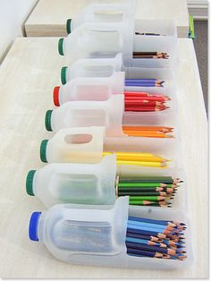bottiglie di detersivo come portamatite