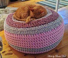 Min fina katt på sin favorit plats - min virkade sittpuff i Hoooked Zpagetti.