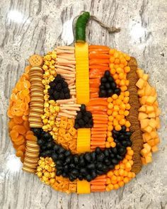 to Make Epic Charcuterie Boards - from an Expert! How fun is this pumpkin snack board! How fun is this pumpkin snack board! Halloween Donuts, Halloween Desserts, Buffet Halloween, Comida De Halloween Ideas, Halloween Pizza, Hallowen Food, Halloween Food For Party, Halloween Birthday, Halloween Snacks