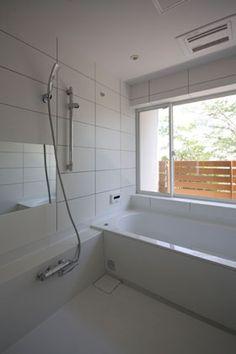 「光と眺望を楽しむ家」の浴室。<br /> 大きな窓から、昼は緑を、夜は厚木の夜景を楽しめます。<br /> http://www.fit-arch.com/works/works116.html 専門家:藤井 将が手掛けた、光と眺望を楽しむ家_浴室(光と眺望を楽しむ家)の詳細ページ。新築戸建、リフォーム、リノベーションの事例多数、SUVACO(スバコ)