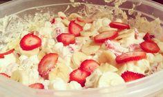 Jahodovo - banánový cheesecake salát