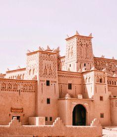 Le rouge brique entre Ouarzazate et Marrakech 😍 N'hésitez pas à vous abonner si vous trouverez le contenu intéressant 💞 Visit Morocco, Morocco Travel, Places To Travel, Travel Destinations, Places To Visit, Riad Marrakech, Desert Tour, Summer Vibes, Travel Inspiration
