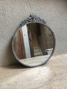 Metalen landelijke ronde spiegel spiegeltje rond grijs old look landelijk bric-à-brac brocant
