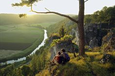 Gerade im Sommer stehen ausgiebige Wandertouren auf der To-Do-Liste vieler Urlauber. Und dabei muss es nicht immer in die Berge gehen: Auch entlang der Flüsse Deutschlands verbirgt sich so manche Wanderweg-Perle. So ist an heißen Tagen die Abkühlung nicht weit.