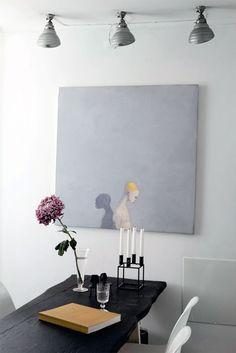 Det robuste spisebord er fra et gammelt diskotek. Jane har givet det nyt liv ved at male det sort. Maleriet er af Michael Kvium, de gamle spots i loftet er franske og fra Wiingaard Boheme Interieur.
