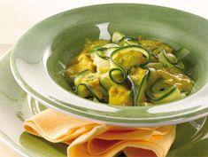 zucchini tagliatelle + peanut sauce Old Recipes, Healthy Recipes, Healthy Food, Peanut Sauce, Pickles, Sprouts, Cucumber, Zucchini, Vegetables