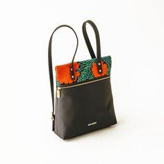 クラヴェル・バックパックMaka Mexicoによる手織りの花柄が美しいClavel Backpackは、大きなコンパートメントがひとつと、ショルダーストラップがふたつ、それにジッパー付きのポケットがあるデザイン。バッグはすべて、何世代にも渡り技術を継承して来たSibacáコミュニティの刺繍職人たちが造っています。Makaは、Nachig、Sibacá、Calkiní、La Chinantlaなどのコミュニティとコラボレーションをして、すべての商品をメキシコでつくっています。商品は全てメキシコへの賛辞であり、どの地域にも見られる伝統や豊かな文化の深層部を代表しています。追加情報デザイナー: マカ・メキシコ職人: マリア・クルス、ガブリエラ・クルス、グアダルーペ・クルス、アナガブリエラ・クルス、ローザ サンチェス、カルメン・クルス、ファビオラ フアレス、フロリンダ フアレス、カルメラ・サンチェス場所: Ocosingo、チアパス州商品コード: 09-001-04素材: ナイロン、ビニールレザーカラー: ブラック、レッド、グリーンサイズ(mm): H350×L330×D130納期…