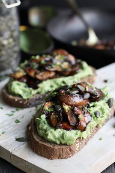Avocado toast with balsamic mushrooms - Beaufood Avocado Toast, Avocado Spread, Vegetarian Recepies, Raw Food Recipes, Good Food, Yummy Food, Party Food And Drinks, Bruschetta, Food Humor