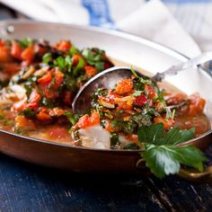 Ein schnell herzustellendes, wohlschmeckendes und leichtes Gericht. Jedes weißfleischige Fischfilet ist einsetzbar. Ein wenig Gemüse schnitzeln, vorgaren und mit dem Fisch in eine Backform schichten ist alles, was an Arbeitsschritten notwendig ist. Wir haben hier