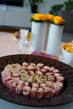 Gourmetmorsan: Små rackarns goda tilltugg! Sushi Rolls, Food For A Crowd, Canapes, Tapas, Sausage, Food And Drink, Appetizers, Vegetarian, Favorite Recipes