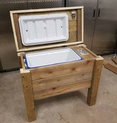 Pin by jacques lemerand on outside stuff кафе Deck Cooler, Wood Cooler, Pallet Cooler, Cooler Stand, Outdoor Cooler, Diy Outdoor Bar, Cooler Box, Barn Wood Projects, Woodworking Projects Diy