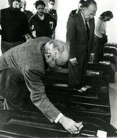 """Santiago Carrillo junto a Simón Sánchez Montero (1915-2006), en Quintanar de la Orden (Toledo) el 29 de septiembre de 1981, junto a los féretros de los fallecidos en el accidente de tráfico que costó la vida a 24 personas, muchas de las cuales regresaban de la celebración de la """"Fiesta del PCE"""" en Madrid. Foto EFE."""