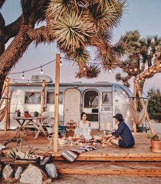 Sunset picnic at Joshua Tree with Airstream! Camping Glamping, Camping Life, Camping Hacks, Airstream Camping, Camping Checklist, Camping Essentials, Family Camping, Camping Ideas, Joshua Tree National Park